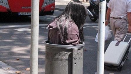 Una ragazza incastrata nel cestino dei rifiuti: ecco di cosa si tratta