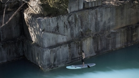 Il surfista si avvicina alla parete e realizza delle opere straordinarie