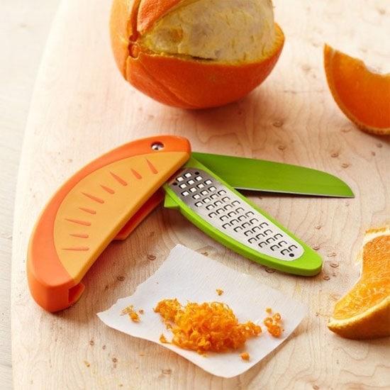 Il coltello per sbucciare la frutta, con grattugia integrata.