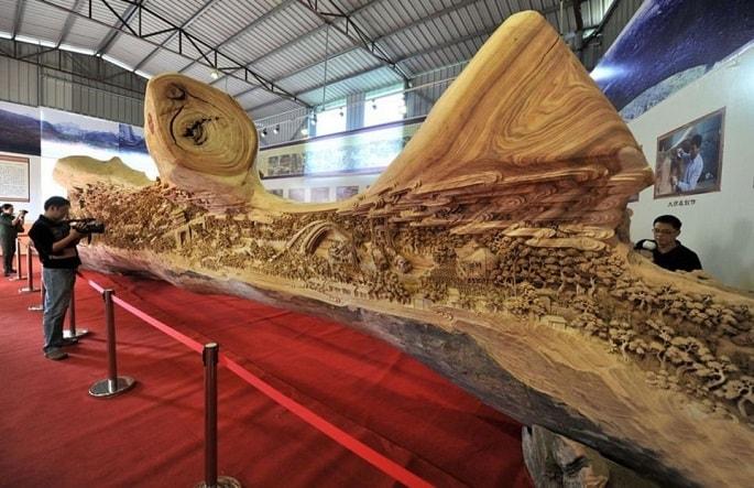 """La sua enorme scultura dal nome """"Lungo il fiume durante il Quinming Festival"""" è la fedele riproduzione di un famoso rotolo cinese risalente alla dinastia Song, più di mille anni fa."""