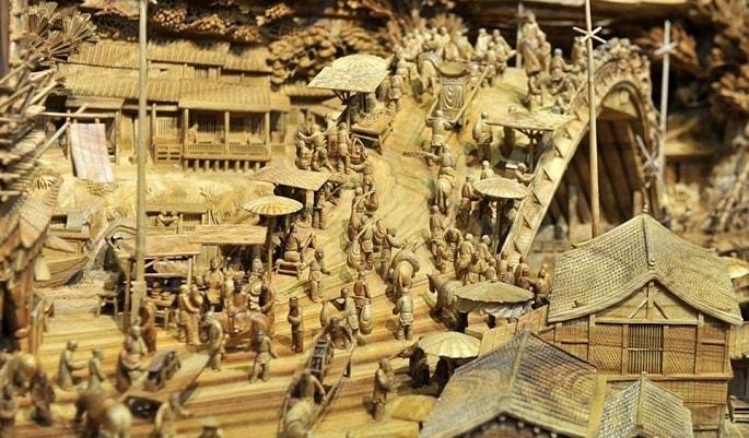 Il tronco lungo ben 12 metri è stato a tutti gli effetti convertito in uno scenario storico che narra la vita negli antichi villaggi cinesi.