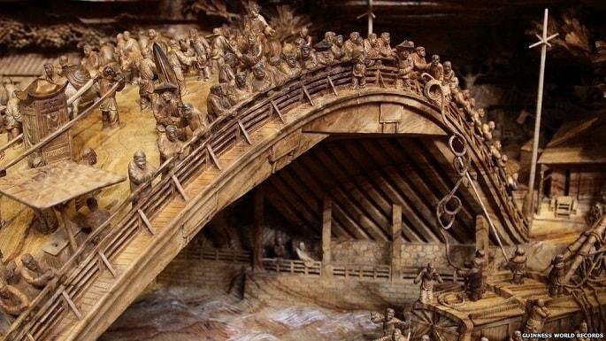 È stato necessario cavare dal legno oltre 500 personaggi, perfettamente definiti ed incredibilmente espressivi.