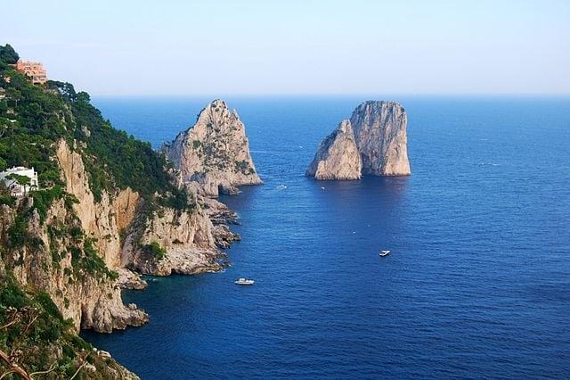 http://it.wikipedia.org/wiki/Isola_di_Capri#/media/File:I_Faraglioni.JPG