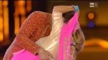 Kabir Bedi bacia Romina Power al concerto con Al Bano