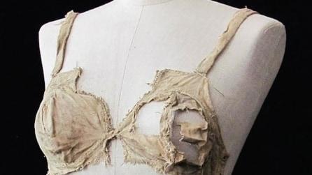 Gli oggetti più antichi al mondo, c'è anche il reggiseno più vecchio: ecco a quanto risale