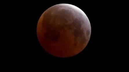 Spettacolari suggestioni della Luna Rossa: le foto dei nostri lettori