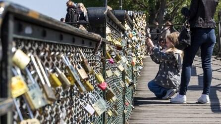 Parigi, addio ai lucchetti dell'amore sul Pont des Arts