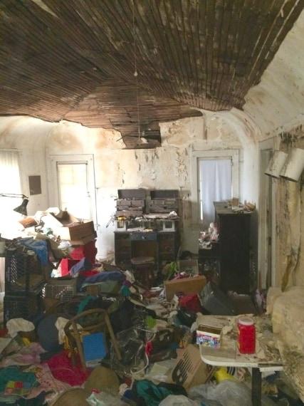 La casa era completamente invasa dalla spazzatura.
