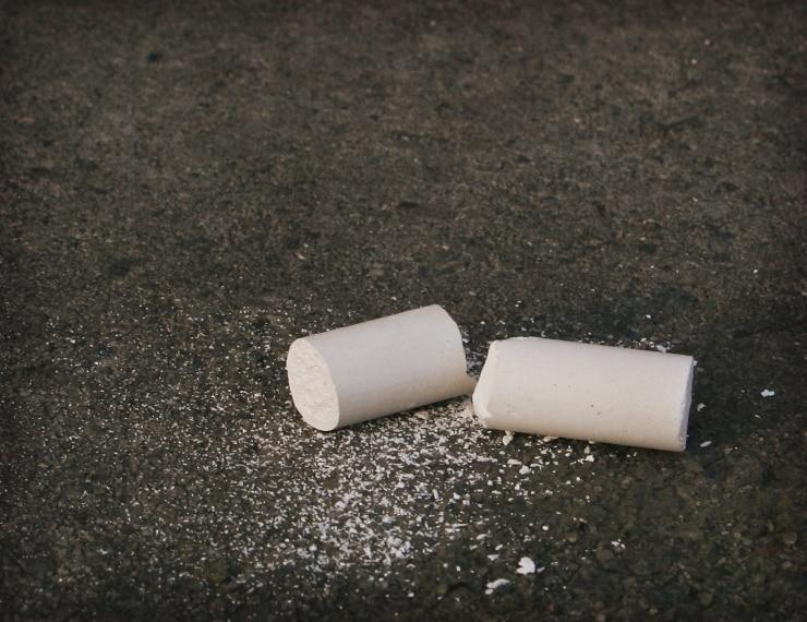 Tracciate una linea col gesso in un punto preciso come fosse una barriera di ingresso: le formiche non oseranno attraversarla, garantito! La polvere di talco infatti è un deterrente ottimale per le piccole ospiti indesiderate.