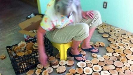"""Tagliano i tronchi """"a fette"""" e modificano la loro casa in modo fantastico"""