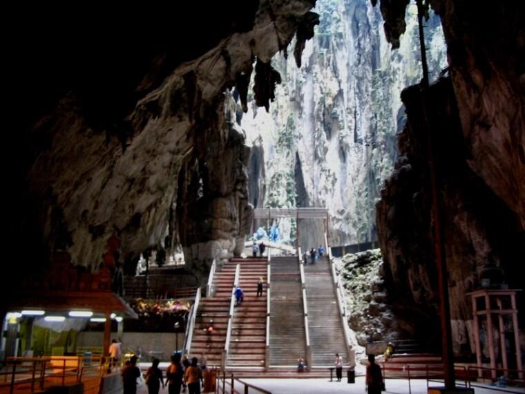 Un tempio nelle grotte di Batu a Kuala Lumpur dove, durante alcuni rituali è diffuso il Kavadi, l'usanza di perforarsi la pelle con spilloni e uncini come pratica purificatrice.
