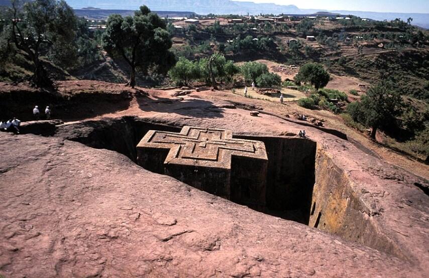 Ecco una delle 11 famose chiese scavate nella roccia monolitica in Etiopia dove la gente si reca a pregare.