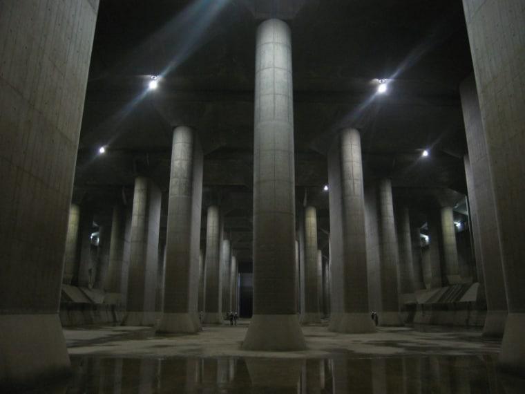Il Metropolitan Area Outer Underground Discharge Channel è il più grande impianto sotterraneo del mondo di drenaggio di acque alluvionali provenienti da 4 fiumi delle zone circostanti. Nella foto si vede un grande serbatoio d'acqua e il posto è diventato anche un'attrazione turistica.