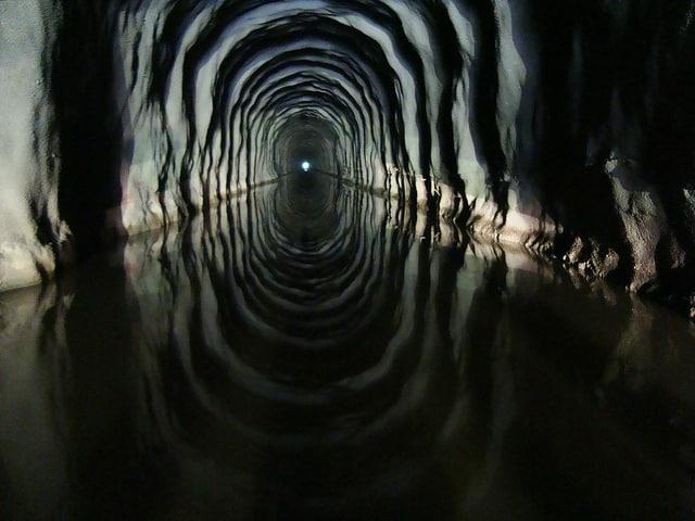 Nel nord-est del Brasile per deviare e trasportare l'acqua del fiume São Francisco, spesso colpita da siccità, è stato costruito il tunnel Cuncas II che quando attraversato dall'acqua diventa un luogo davvero magico. Foto: Divulgação / janeiro 2014