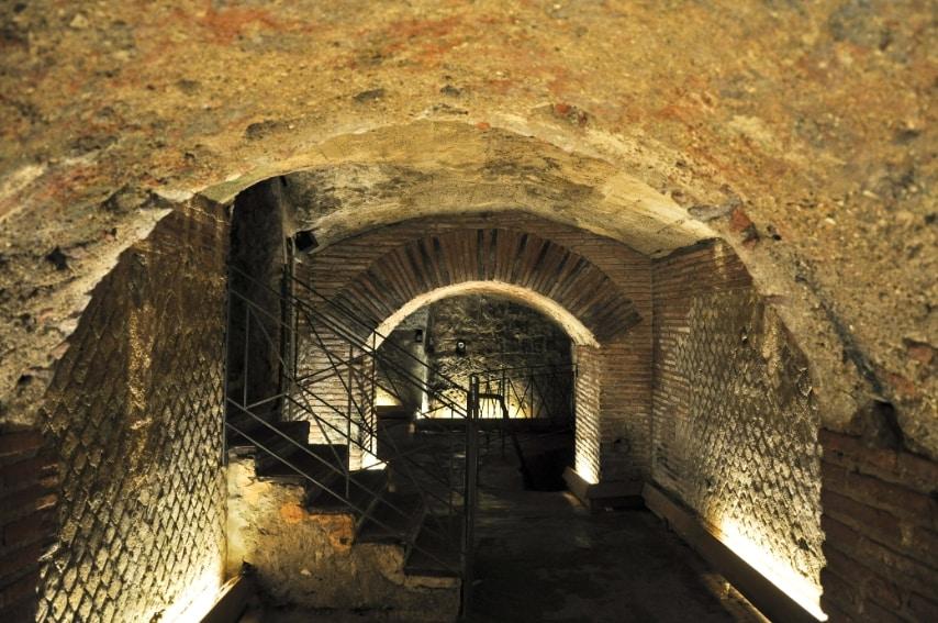 Non poteva mancare nella lista Napoli con la sua città sotterranea, una vera città parallela che segna la metropoli in più punti di accesso e è caratterizzata da catacombe, vecchi bunker, scavi archeologici e teatri greco-romani.