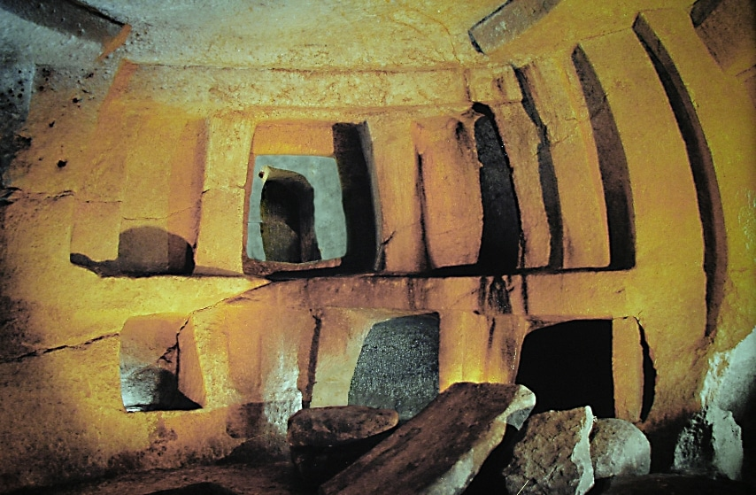 A Malta si trova l'unico tempio preistorico sotterraneo al mondo, scavato tra il 3600 a.C. e il 2500 a.C. Nato come un santuario, l'Ipogeo di Ħal-Saflieni presto divenne una necropoli, già in tempi preistorici. Nel 1980 l'Unesco introdusse questo luogo unico al mondo tra i Patrimoni dell'Umanità.