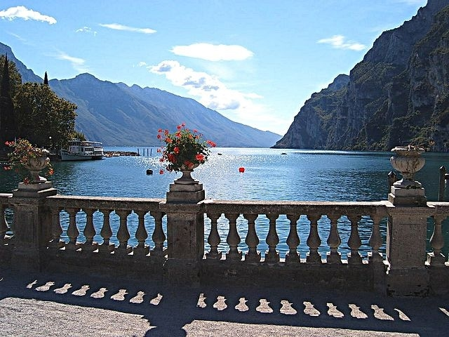 http://it.wikipedia.org/wiki/Lago_di_Garda#/media/File:Riva_del_Garda.jpg