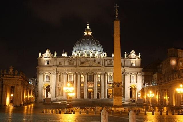 http://en.wikipedia.org/wiki/St._Peter's_Basilica#/media/File:Basilica_di_San_Pietro_(notte).jpg