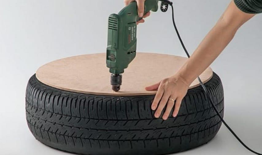 Apporre le tavole su entrambi i lati del pneumatico, decidete se lasciare o meno il cerchione all'interno, e creare dei fori con il trapano.
