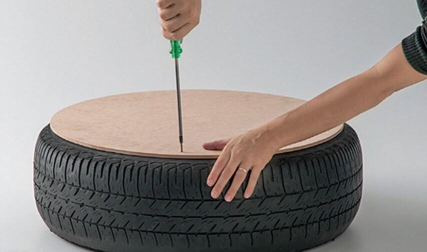 Avvitate le tavole al pneumatico con il vostro cacciavite, assicurandovi che le viti siano abbastanza profonde.