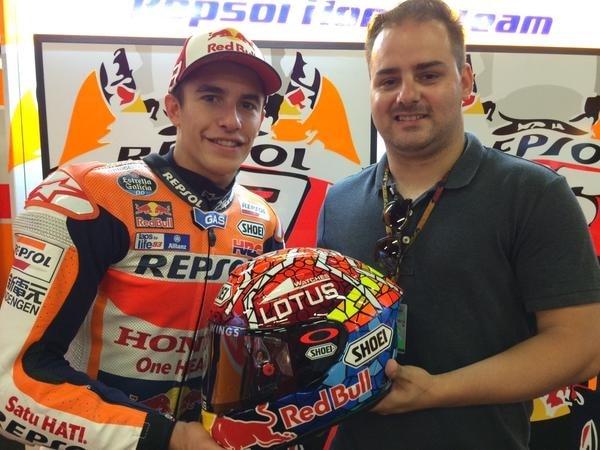 Marquez con David Mata, l'ideatore della grafica del casco