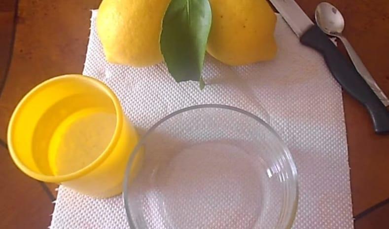 Vi basterà un limone e del bicarbonato di sodio.