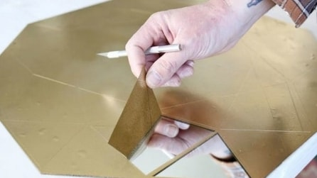 Spruzza della vernice sullo specchio ma quando la stacca, il risultato è sorprendente