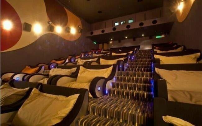 Il cinema più confortevole del mondo. Si chiama TGV Cinema e si trova in Malesia. Ha dei divani al posto delle solite poltrone ed è destinato principalmente a coppie.