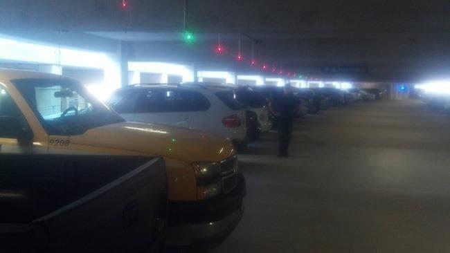 Il parcheggio con le luci per individuare i posti liberi e occupati. Ha lo scopo di aiutare gli automobilisti a trovare facilmente parcheggio.