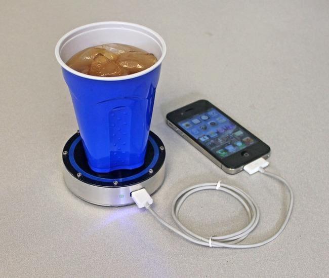 Una tazza di caffè ti ricarica il cellulare Il caffè caldo diventa un pratico caricabatterie. La tazza garantisce una ricarica completa. Anche con bevande fredde.