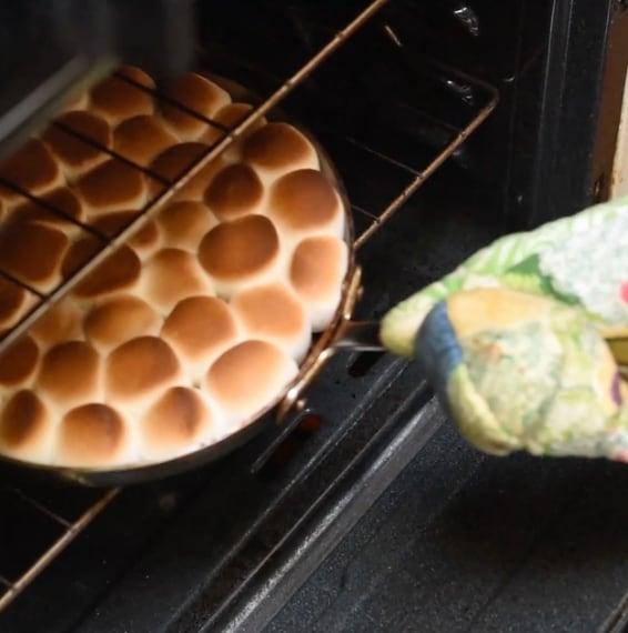 Appena i marshmallow si sono dorati li tira fuori.
