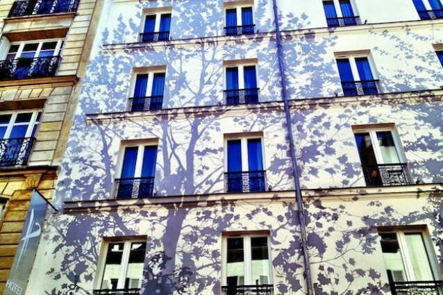 L'Apostrophe Hotel a Parigi vanta una facciata decorata da un enorme albero ancora più suggestivo di notte