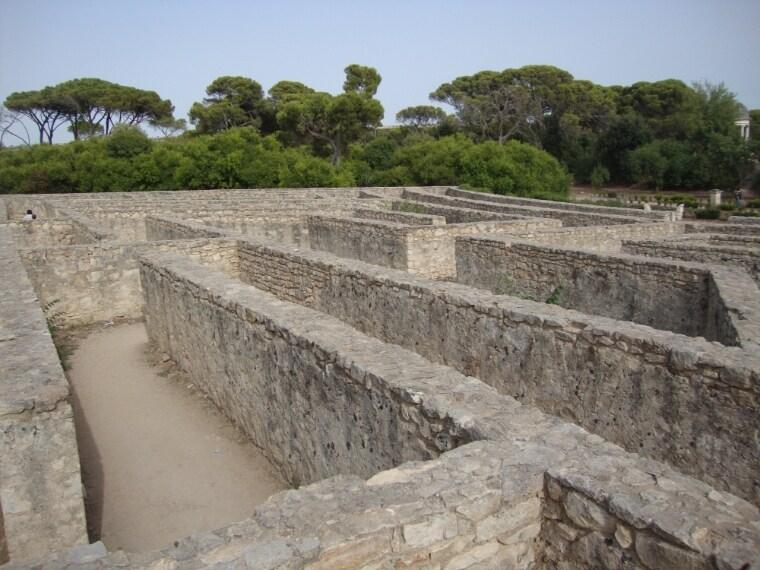 Per chi ha avuto la fortuna di andare a vedere al cinema l'ultimo film di Matteo Garrone, Il Racconto dei racconti, avrà sicuramente notato una scena in cui Salma Hayek si perde in dei particolari labirinti di pietra. Si tratta del raro esempio di labirinto di pietra nel Castello di Donnafugata.