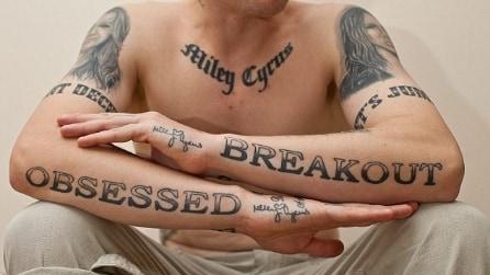 Ossessionato da Miley Cyrus: 29 tatuaggi tutti per lei, ma ora è pentito