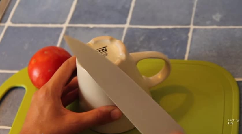 Basta strofinarlo sul fondo ruvido di una tazza e il coltello torna come nuovo.