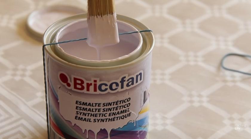 Per evitare che il pennello sia troppo imbevuto di vernice, basta inserire un semplice elastico attorno al barattolo .