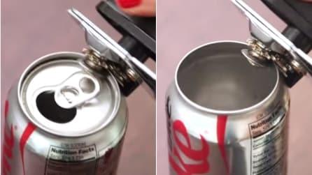 Apre una lattina di Coca Cola con l'apriscatole per farne qualcosa di fantastico