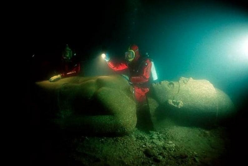 Frank Goddio ed il suo team di sub ritrovano sul fondo dell'oceano la statua di un antico faraone: un imponente ammasso di granito alto quasi 5 metri.