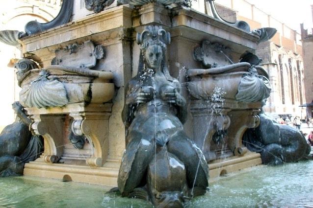 Rrogettata dall'architetto e pittore palermitano Tommaso Laureti nel 1563 e voluta da Carlo Borromeo, è uno degli esempi più famosi di fontane dove l'acqua sgorga dal seno di ninfee o dee, molto sensuale.