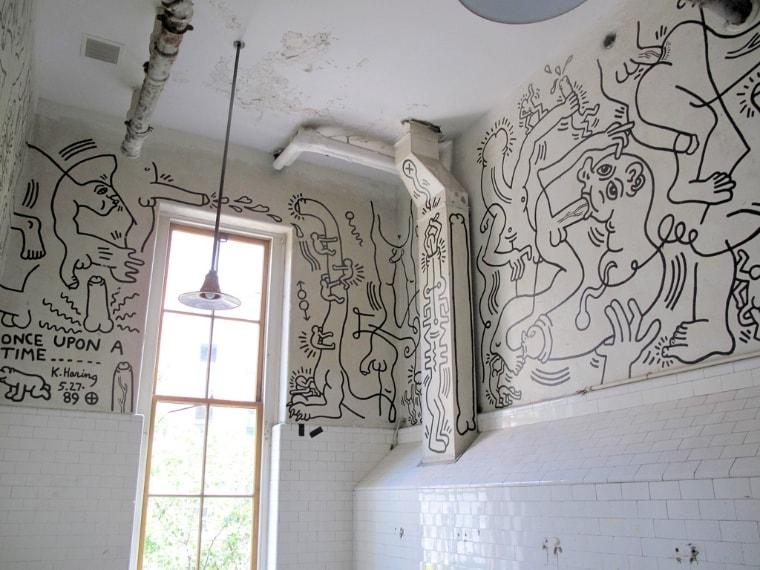 Al Gay Center di New York un suggestivo bagno completamente decorato da Keith Haring, artista solito nell'uso di un linguaggio di richiamo sessuale.