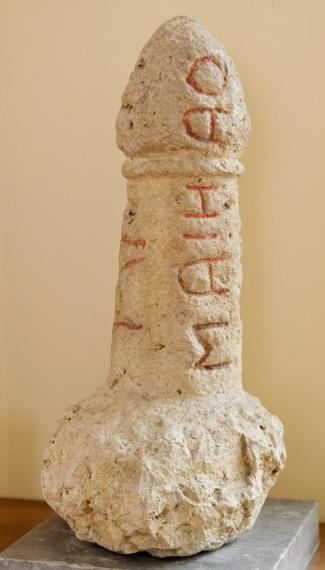 Questa volta non proviene da Pompei o Ercolano ma è un cippo funerario etrusco in forma di fallo. Le iscrizioni etrusche attestano che proviene dall'area di Chiusi-Perugia e risale al 399 -199 AC circa.