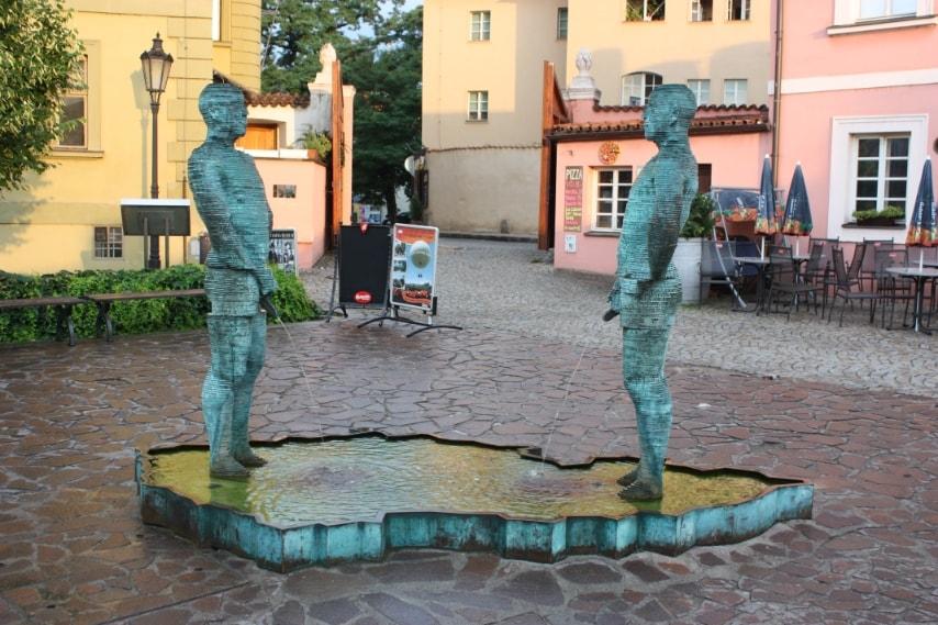 Due uomini urinano su una vasca dalla forma della Repubblica Ceca: l'pera dell'artista David Cerny accoglie i visitatori del museo. Le due statue hanno un meccanismo meccanico che permette ai loro peni di muoversi e, con un SMS inviato a un numero particolare, le due statue scriveranno il contenuto del messaggio con i loro getti d'acqua.