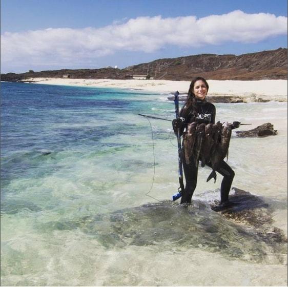 La ricciola è un pesce che vive tra i 20 e i 70 metri di profondità e può raggiungere i 2 metri di lunghezza ed il quintale di peso. Una vera impresa catturarla.