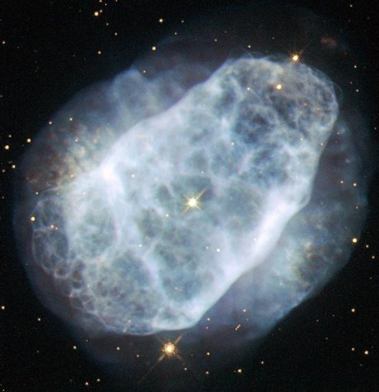 """L'immagine della nebulosa planetaria NGC 6153 è stata ritratta dal Telescopio Hubble della NASA. La nebulosa è distante 4.000 anni luce da noi e mostra quello che resta del suo """"sole"""" quando ha ormai terminato il suo """"carburante"""" e sta per spegnersi. Proprio come accadrà al nostro sole tra miliardi di anni."""