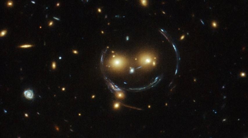 Al centro dell'immagine sono ritratte le galassie che fanno parte del cluster SDSS J1038+4849.