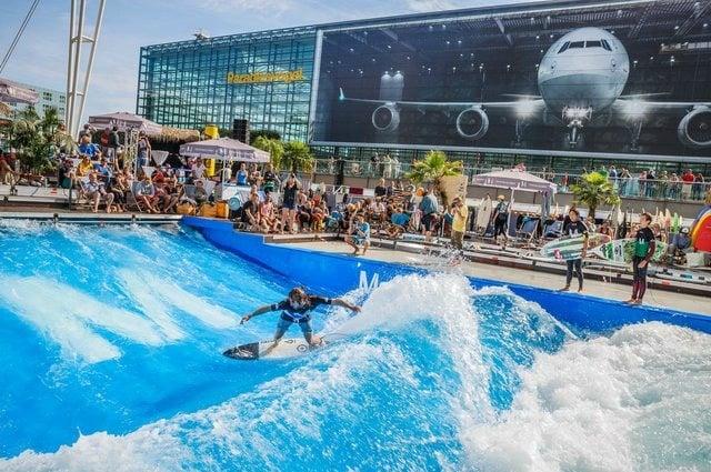 Il Franz Josef Strauss di Monaco di Baviera è stato nominato il miglior aeroporto europeo. Da qui transitano 40 milioni di passeggeri l'anno. C'è persino una discoteca e un percorso di minigolf da 18 buche. L'aerea eventi ospita in estate tornei di beach volley e gare di surf. (PHOTO FLO HAGENA / FLUGHAFEN MÜNCHEN)