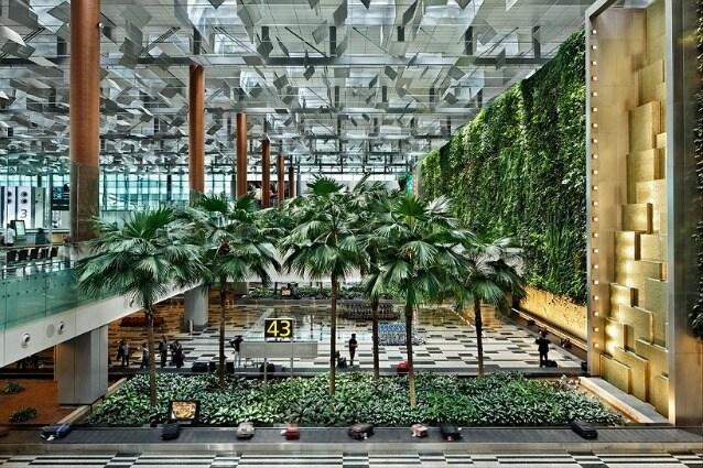 Il Changi Airport di Singapore è il miglior aeroporto del mondo per il terzo anno consecutivo. Accoglie 54 milioni di passeggeri l'anno e assomiglia di più ad una foresta tropicale che ad uno scalo, con tanto di giardino di farfalle.