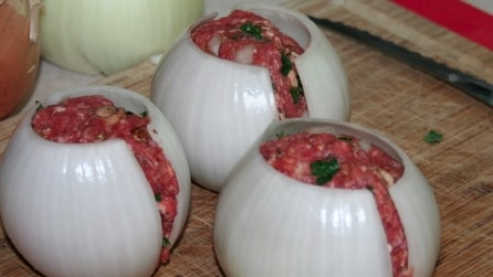 Mette la carne dentro le cipolle ed il risultato finale è succulento