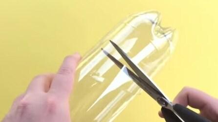 Taglia la base di una bottiglia di plastica per realizzare qualcosa di geniale