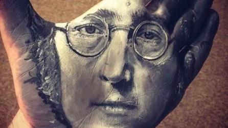 Dipinge dei meravigliosi ritratti sulla sua mano: l'incredibile idea